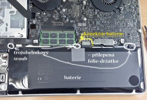 Uložení baterie v Unibody MacBook PRO
